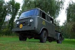 Jeep M677 z obszerną czterodrzwiową kabiną