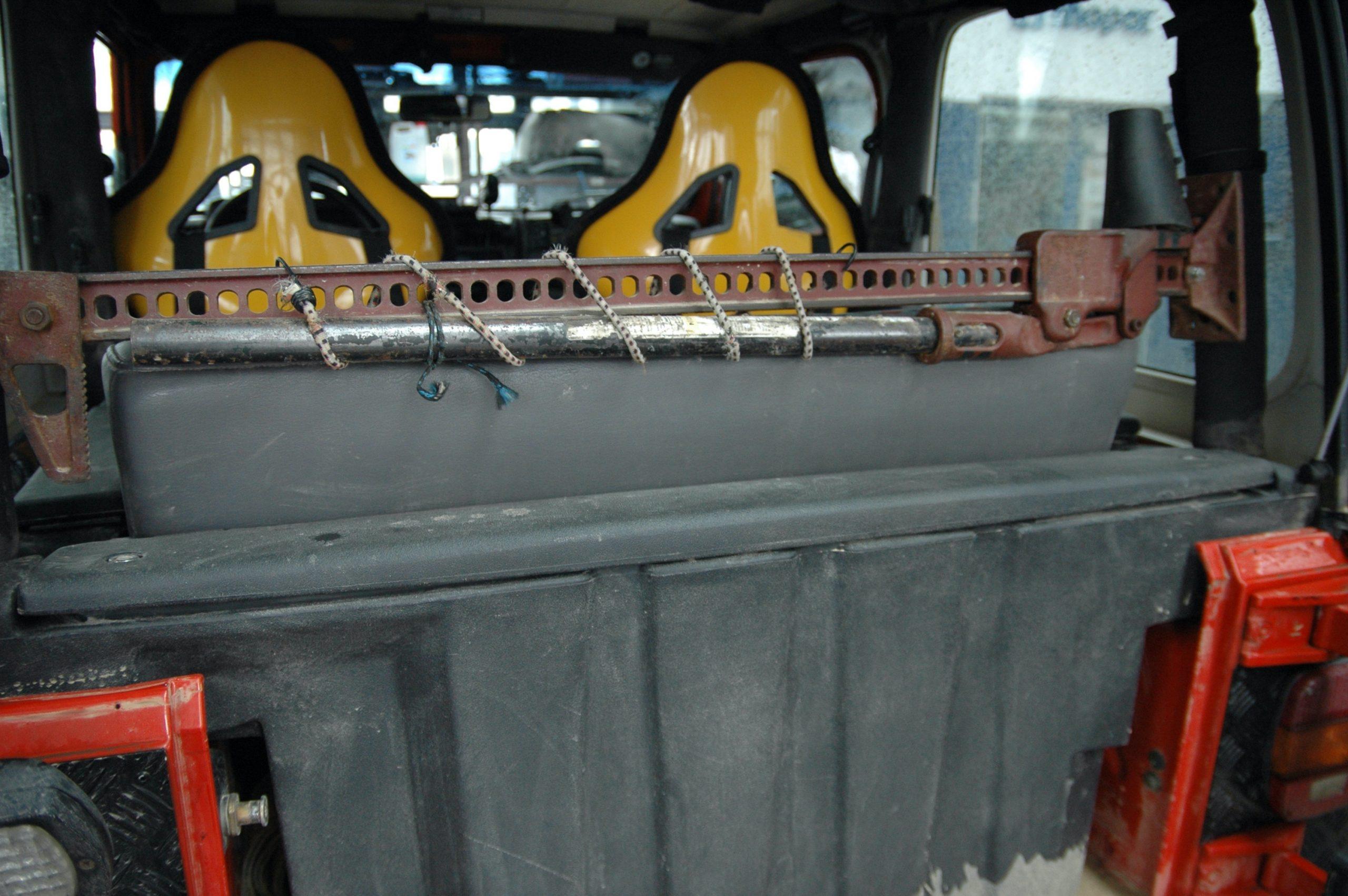 Jeep Wrangler TJ. Sakwa Bestopa. Za tylnym siedzeniem znalazł miejsce hi-lift jack.