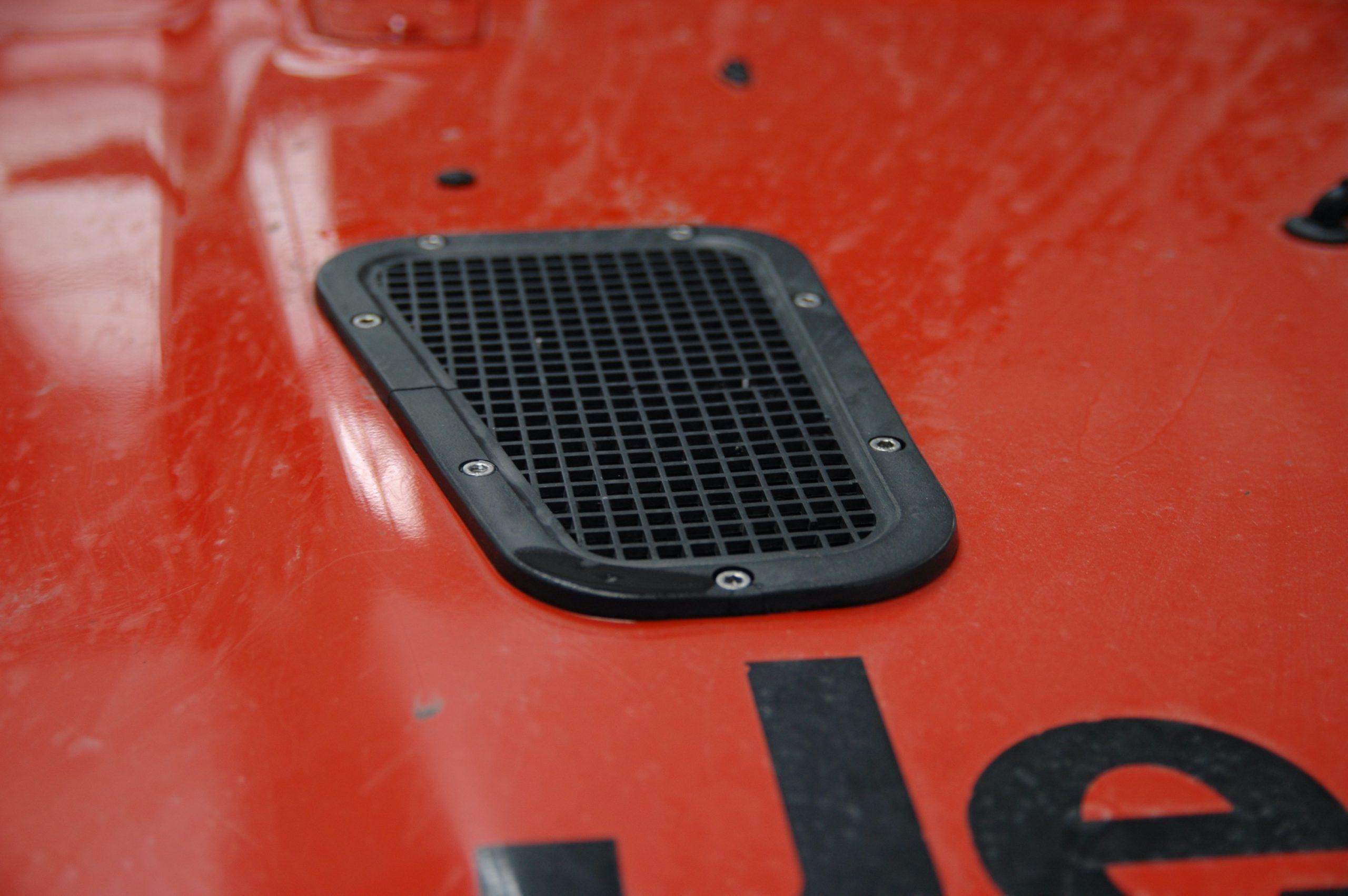 Wyloty powietrza dodatkowo chłodzą silnik, gdy wkleimy samochód w błoto.