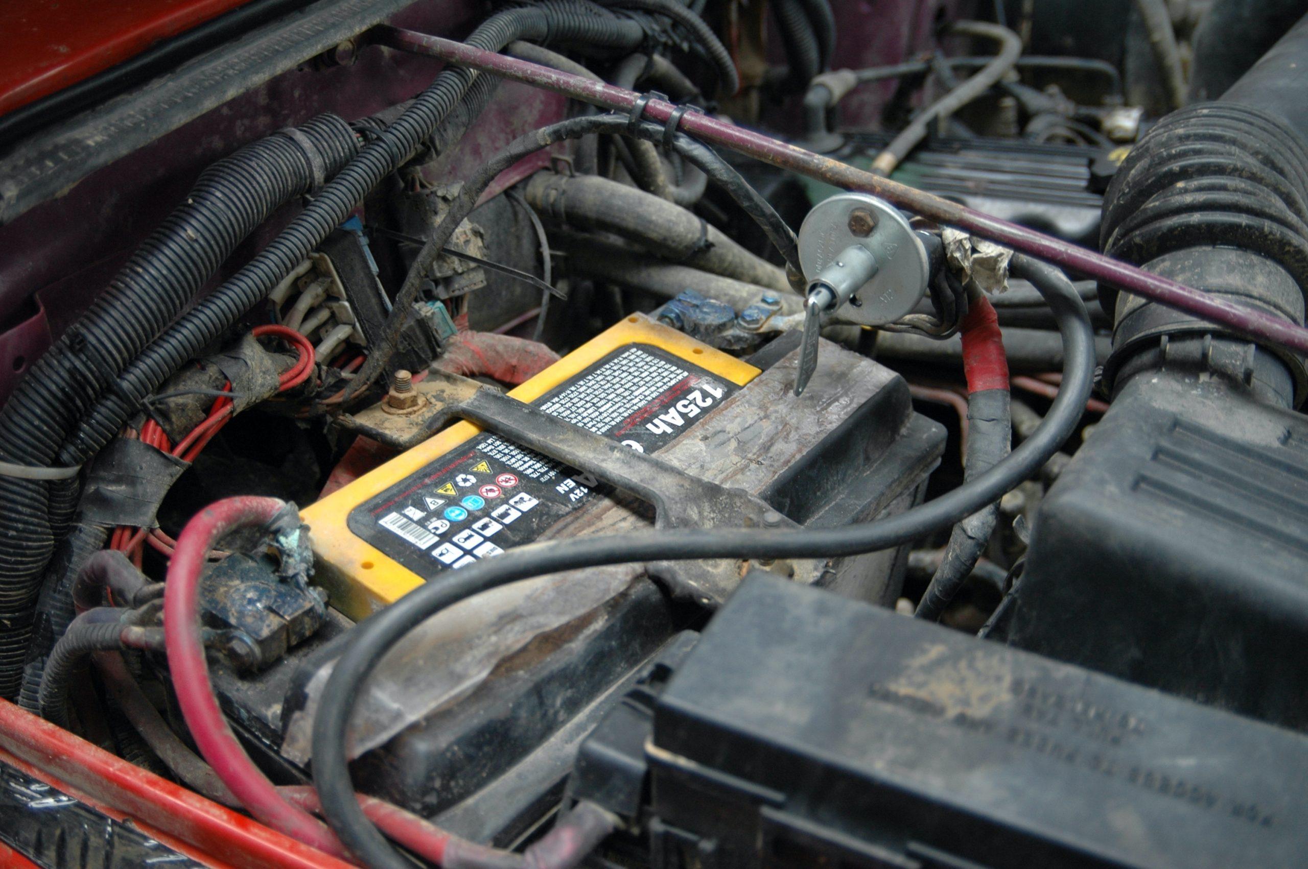 Jeep Wrangler TJ.Seryjny mały akumulator został zastąpiony akumulatorem o dużej pojemności. Dodatkowo na klemie masowej – centralne odcięcie.