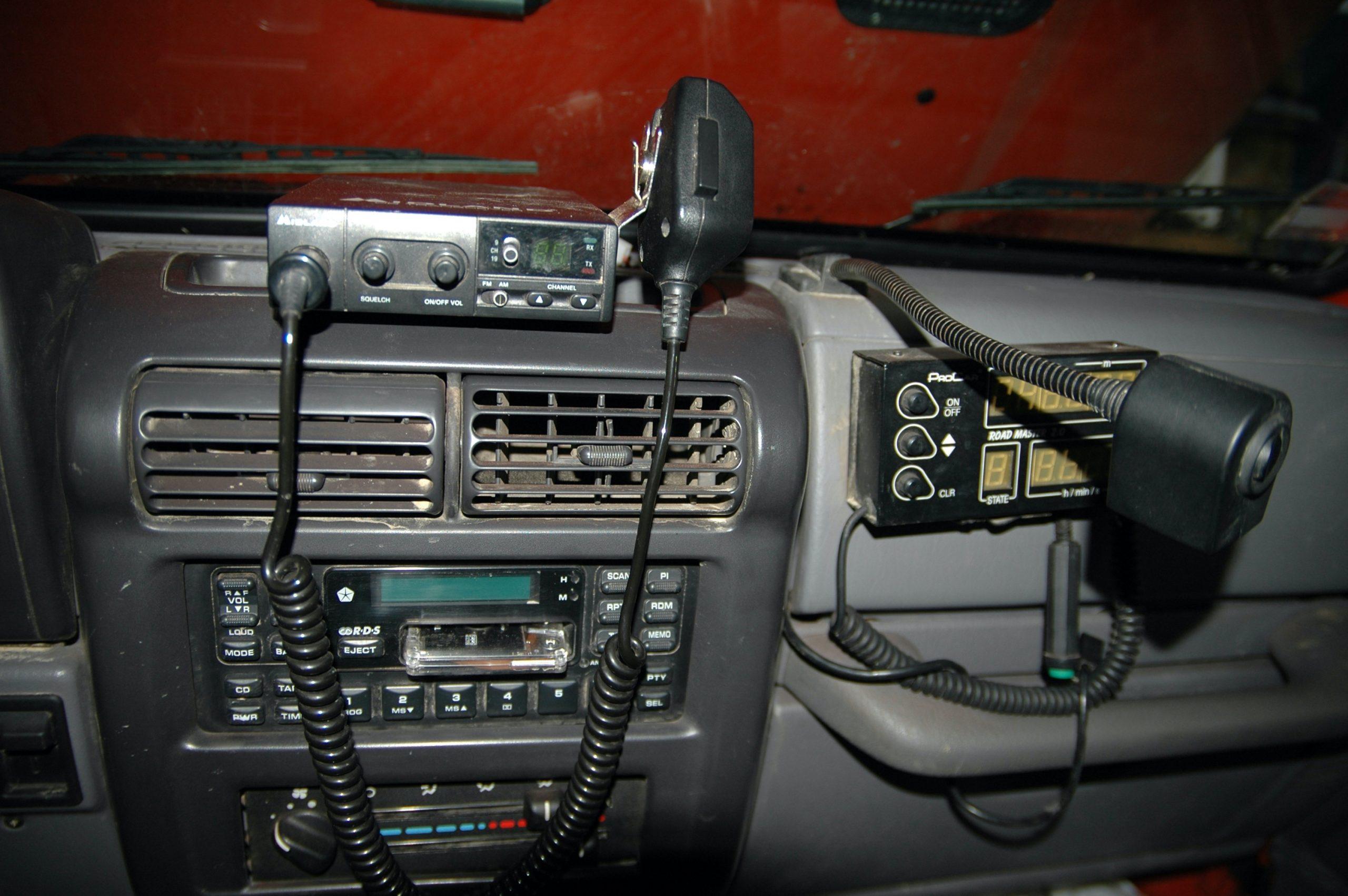 Jeep Wrangler TJ.W środku domontowało niezbędne gadżety – metromierz, CB, dodatkowa lampka.