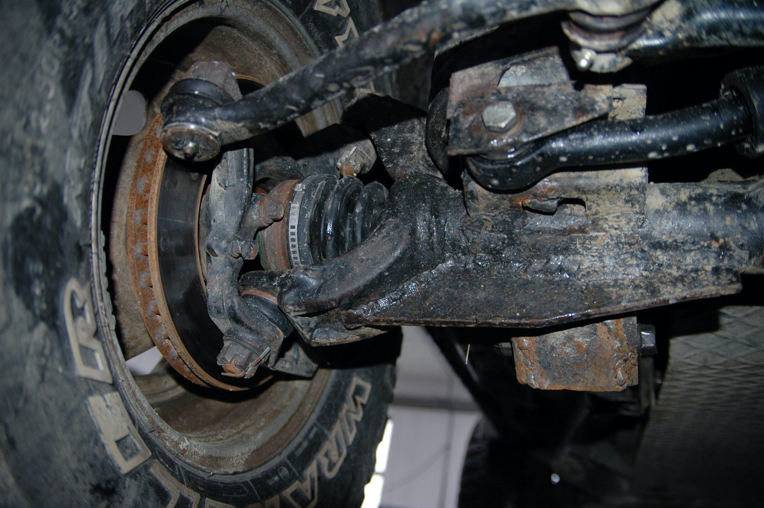Jeep Wrangler TJ.Wykonano też wzmocnione mocowanie drążków i wahaczy.