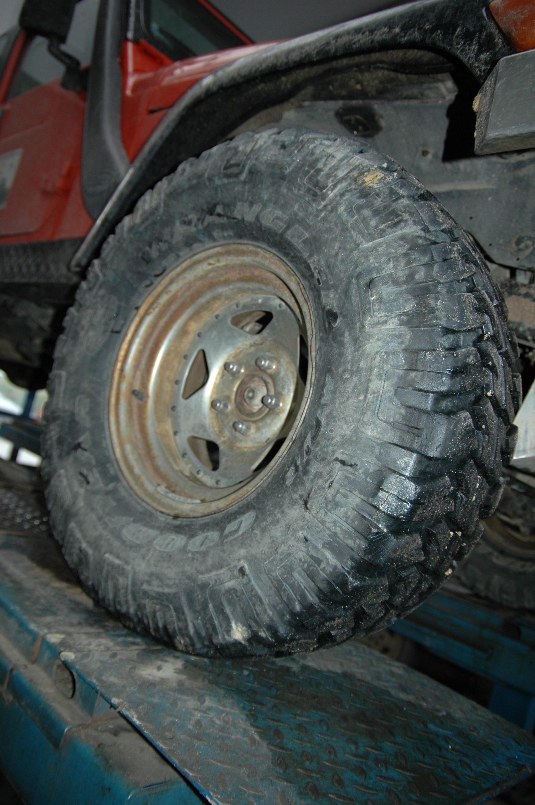 Jeep Wrangler TJ wyposażony był zawsze w opony 33x12,5R15 BF Goodricha a następnie Goodyeara.