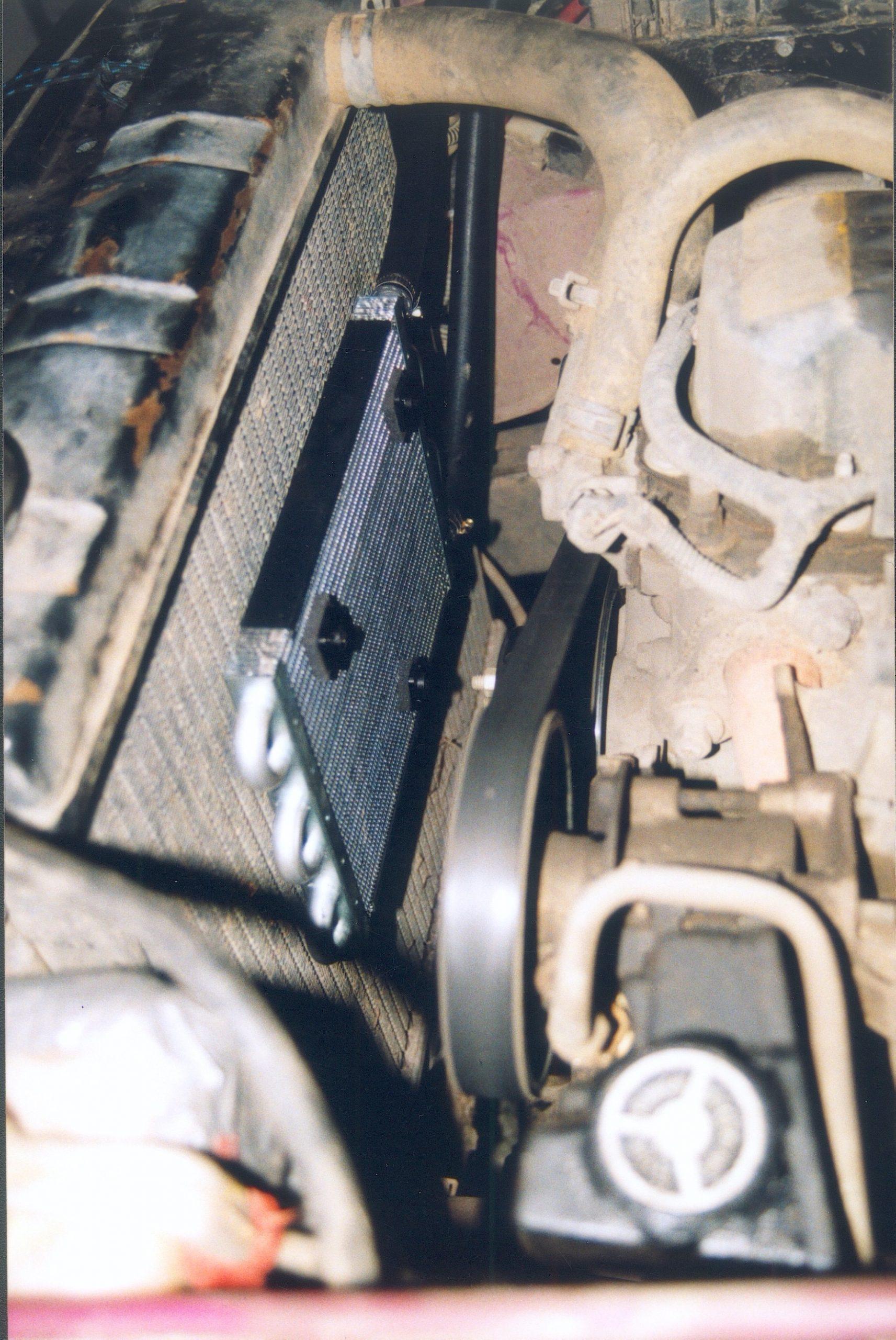 Jeep Wrangler TJ.Za chłodnicą wody – chłodnica oleju silnika.