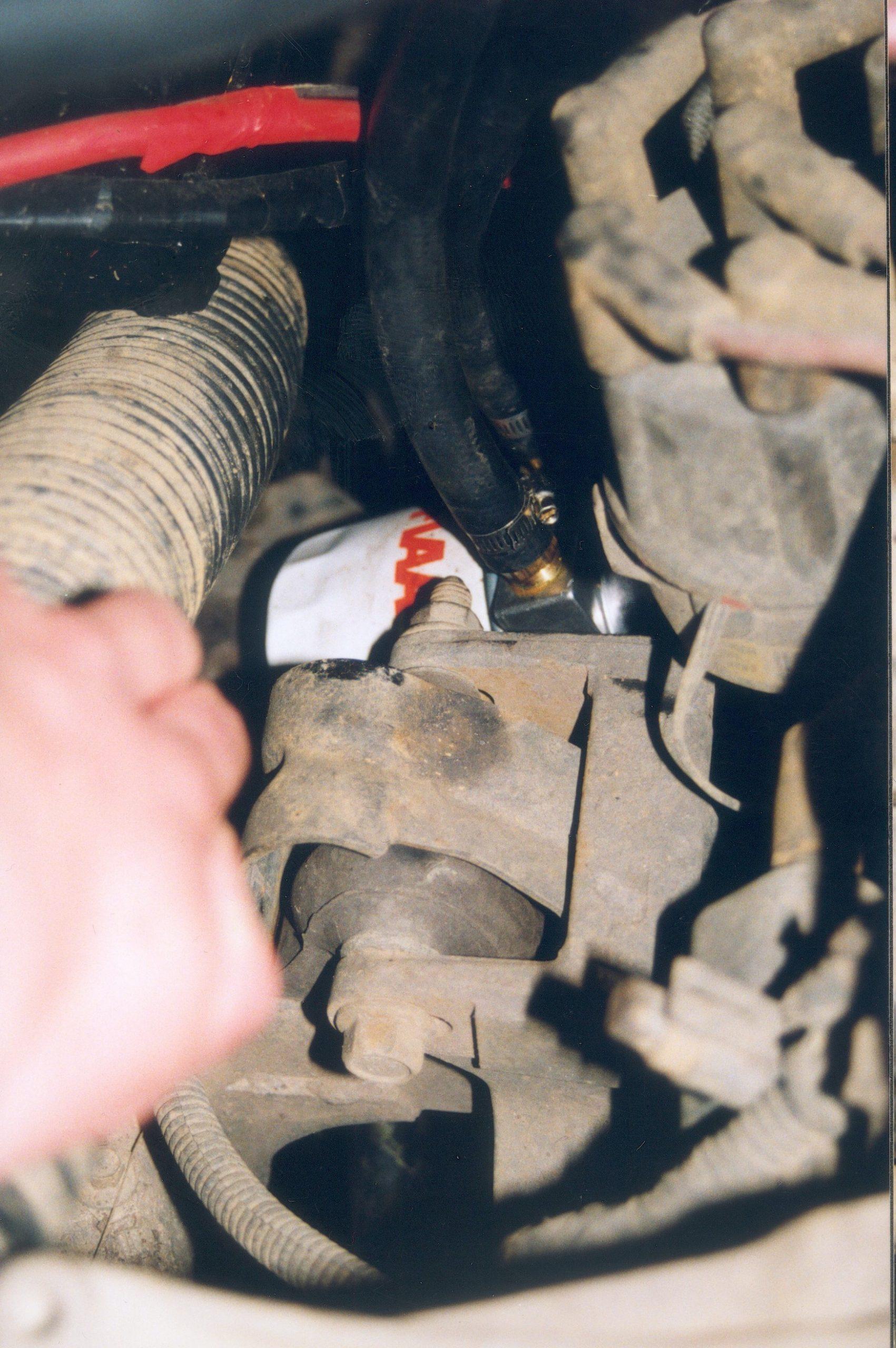 Jeep Wrangler TJ.Pompa oleju silnikowego montowana przed filtrem oleju.