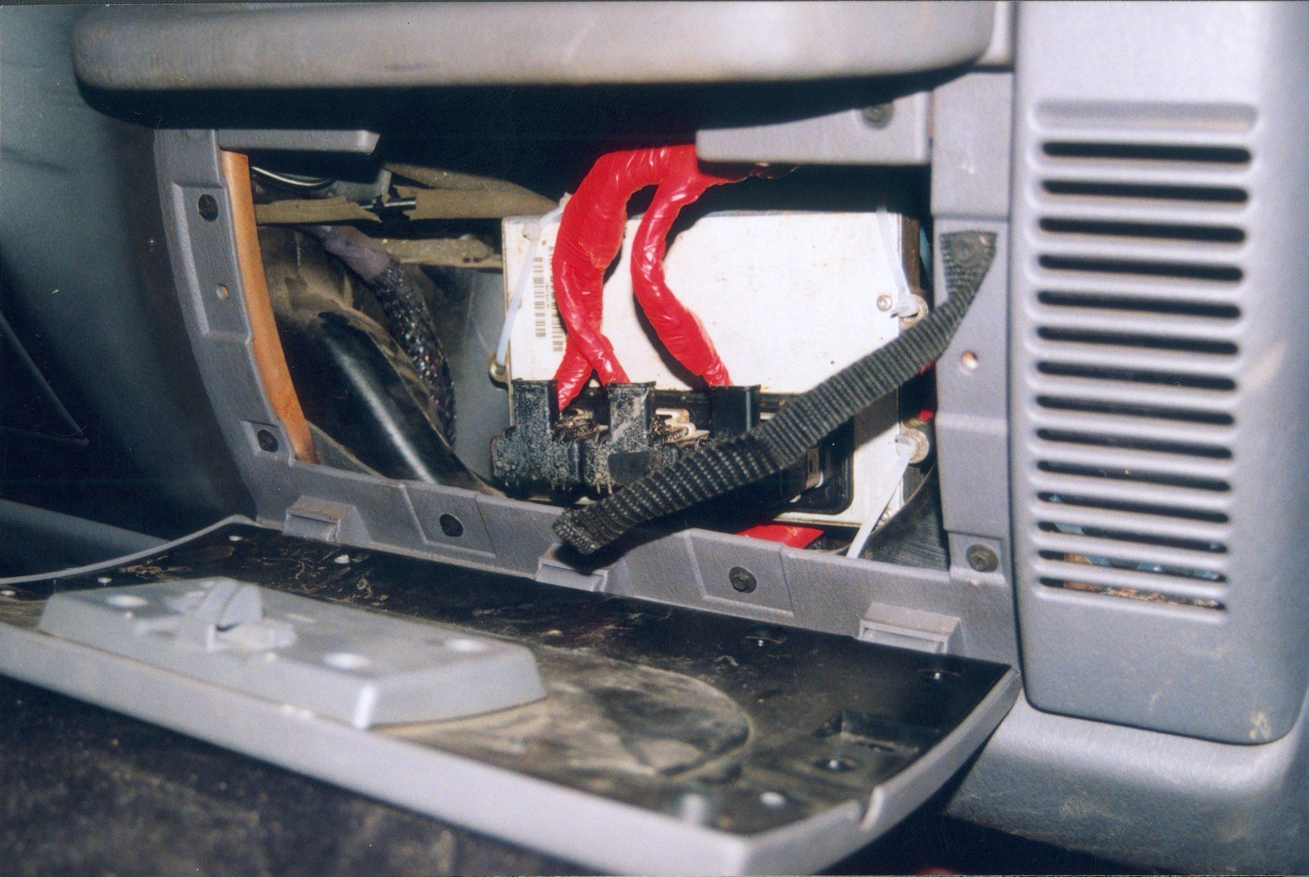 Jeep Wrangler TJ. Komputer z komory silnika został przeniesiony do schowka.